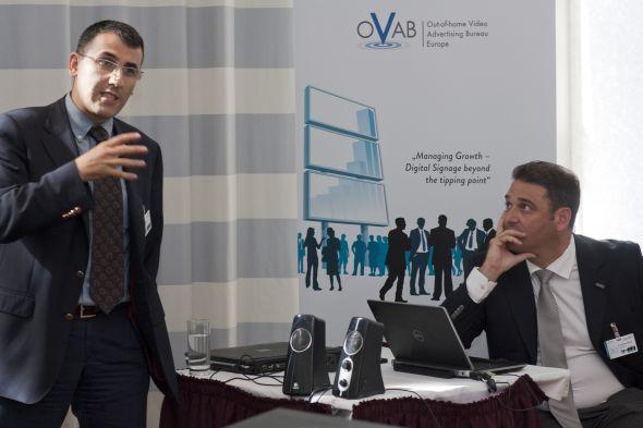 Murat Şahin, CEO Grundig Intermedia (li.) und Can Bariş Öztok von KoçSistem (um zur Präsentation zu gelangen, bitte das Foto anklicken)