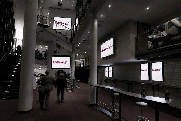 Über 1.500 Großbildschirme und Beamer ersetzen die klassischen Plakate und Werbeflächen
