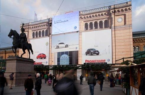 Digitaler Ströer-Screen mit Riesenpostern am Hannoveraner Hauptbahnhof