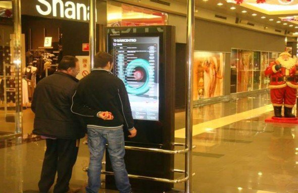 Im Einkaufscenter Baricentro werden Infos und Werbung in Spanisch, Englisch und Katalan ausgeliefert (Foto: AOpen)
