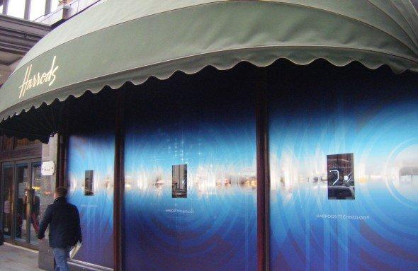 Schau- und Zeige-Fenster: Harrods setzt auf Transparenz im 22-Zoll-Format (Foto: Crystal Displays Ltd.)