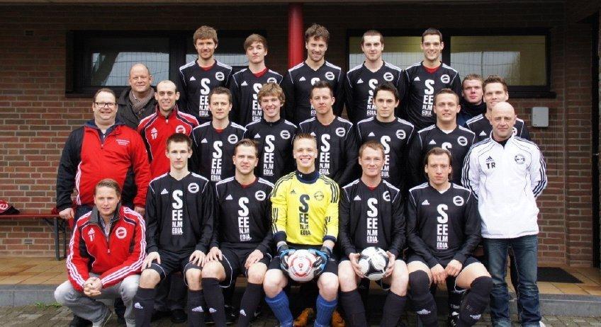 1. FC Eintracht Kornelimünster in neuen Trikots, bereitgestellt von der Seen Media GmbH, Aachen