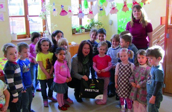 Die Kids vom Kindergarten St. Josef vor der Oster-Malaktion (Foto: Online Software AG)
