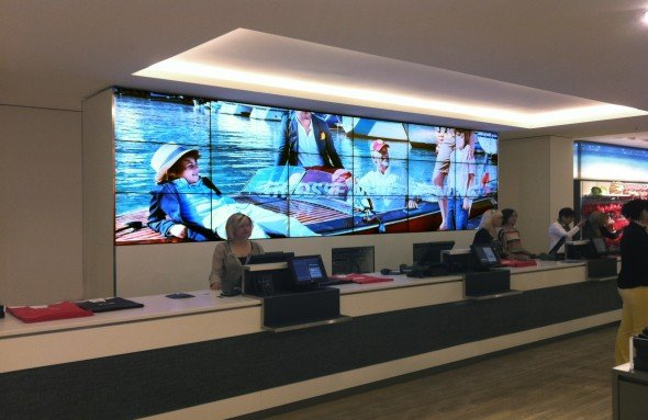Mit Videowall an der Kasse: Wöhrl-Filiale in Ingolstadt (Foto: Seen Media)