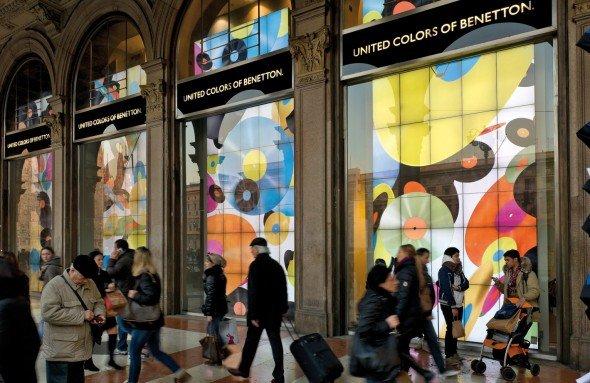 Benetton spielt mit Farben und Formen (Foto: Benetton Live Windows)