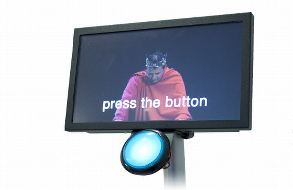 Touchscreen einmal anders: DV Signage-Display mit großem Button (Foto: DV Signage)