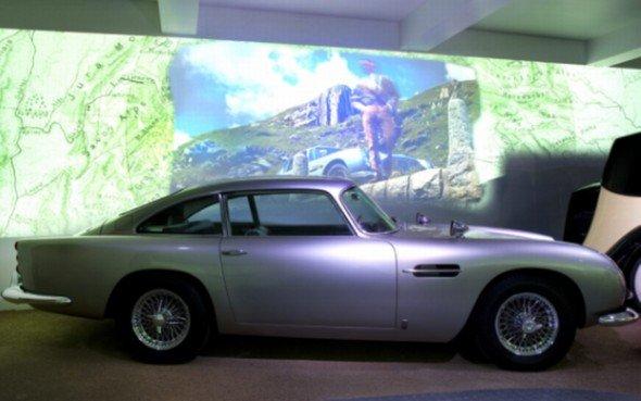 Der Klassiker wird von Mitsubishi ins rechte Licht gesetzt: 007s Aston Martin DB 5 war in mehreren Bond-Streifen zu sehen (Foto: Mitsubishi Electric)