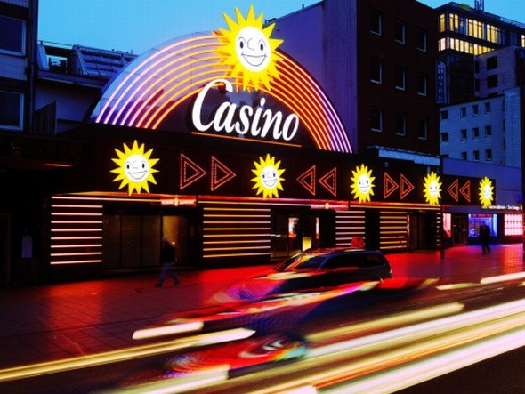 Casino-Spielothek an der Reeperbahn: Mehrere tausend Infotainment-Systeme sind im Einsatz (Foto: Gauselmann-Gruppe)
