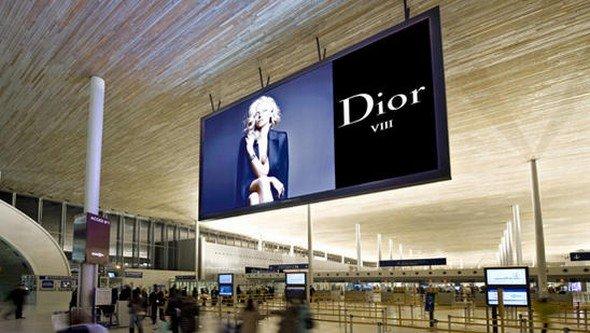 Das erste Quartal 2012 brachte einen weltweiten Aufschwung - Flughafenwerbung am Airport Charles de Gaulle in Paris (Foto: JC Decaux)