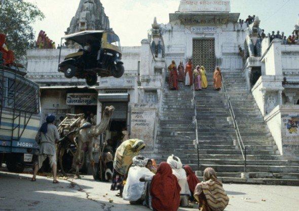 """Verfolgungsjagd durchs enge Bombay: Tuk Tuk Taxi bei den Dreharbeiten zu """"Octopussy""""(Foto: National Motor Museum)"""