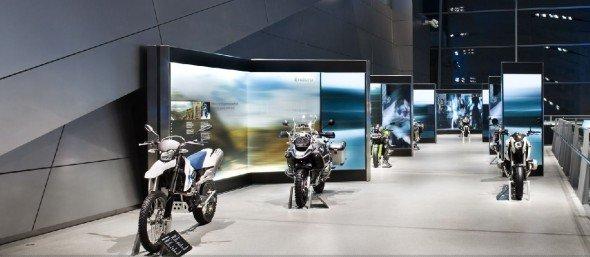 Steglos Flatscreens in der BMW Welt in München (Foto: ICT)