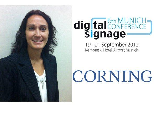 Tara Dowdell, Product Line Manager beim Spezialglas-Hersteller Corning, spricht auf der Digital Signage Conference Munich