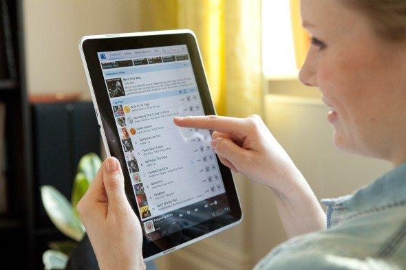 Für News stets zu haben: Tablet-Nutzerin mit Samsung Galaxy 10.1N (Foto: Deutsche Telekom AG)