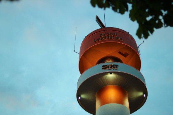 Gäste von rund 60 Fluggesellschaften können die Sixt-Werbung blinken sehen: Radarturm am Airport Hamburg (Foto: Sixt)