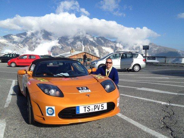 Mit 288 PS die Strecke gemeistert - das Sieger-E-Mobil von LG vor Bergpanorama (Foto: LG)