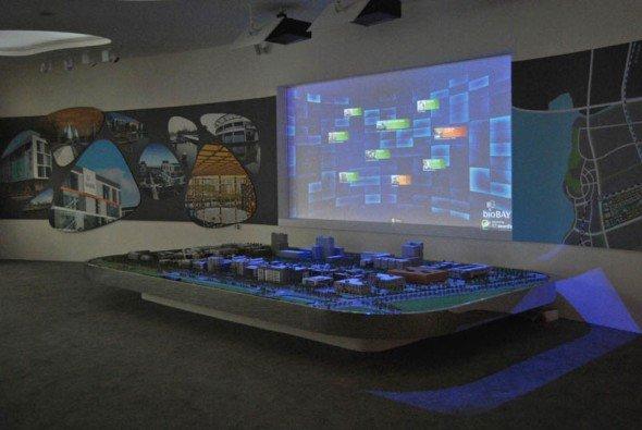 bioBAY-Showroom: Per iPad-Steuerung können auf dem digitalen Geländeplan Gebäude ausgewählt und auf dem Modell angeleuchtet werden (Foto: ICT)