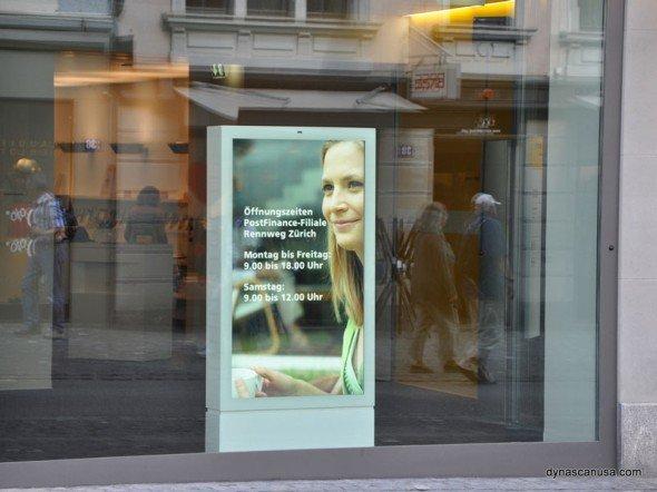 DynaScan Display mit 2.500 Nits: Modell 65 LT 4 im Einsatz für den Schweizer Kunden PostFinance (Foto: DynaScan)
