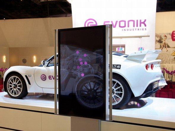 Schnell mal den Flitzer scannen: Lotus Exige mit Kunststoff-Verkleidung von Evonik und LK-Display (Foto: LK-AG)