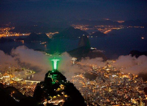 Grüner Jesus am Zuckerhut: Das Monumento Cristo Redentor in Rio de Janeiro wird durch 300 LED-Projektoren der Siemens-Tochter Osram in grün beleucht. (Foto: Siemens AG)