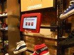 Tablet und Turnschuh - Footlocker UK setzt auf Signage-Lösungen im Regal (Foto: ArmorActive)