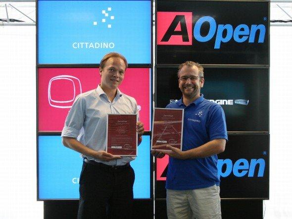 Zeugnis-Übergabe: Cittadino hat zwei AOpen Produkte zertifiziert (Foto: Cittadino)