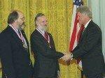 Ken Thompson (links) und der 2011 verstorbene Dennis Ritchie erhalten die National Medal of Technology vom damaligen US-Präsienten Bill Clinton (rechts) (Foto: Alcatel-Lucent)