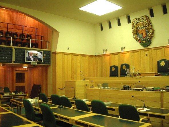 Unicol-Halterungen finden sich in Einkaufszentren, an Bahnhöfen - und im Gerichtssaal: Lösung in Londons Old Bailey (Foto: Unicol)