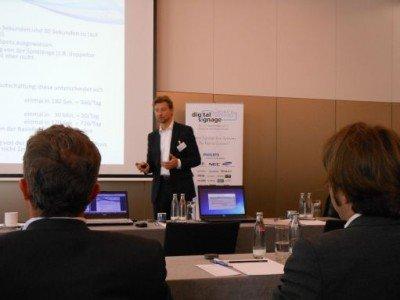 Frank Goldberg präsentiert die Ergebnisse der OVAB-Arbeitsgruppe zu DooH-Standards