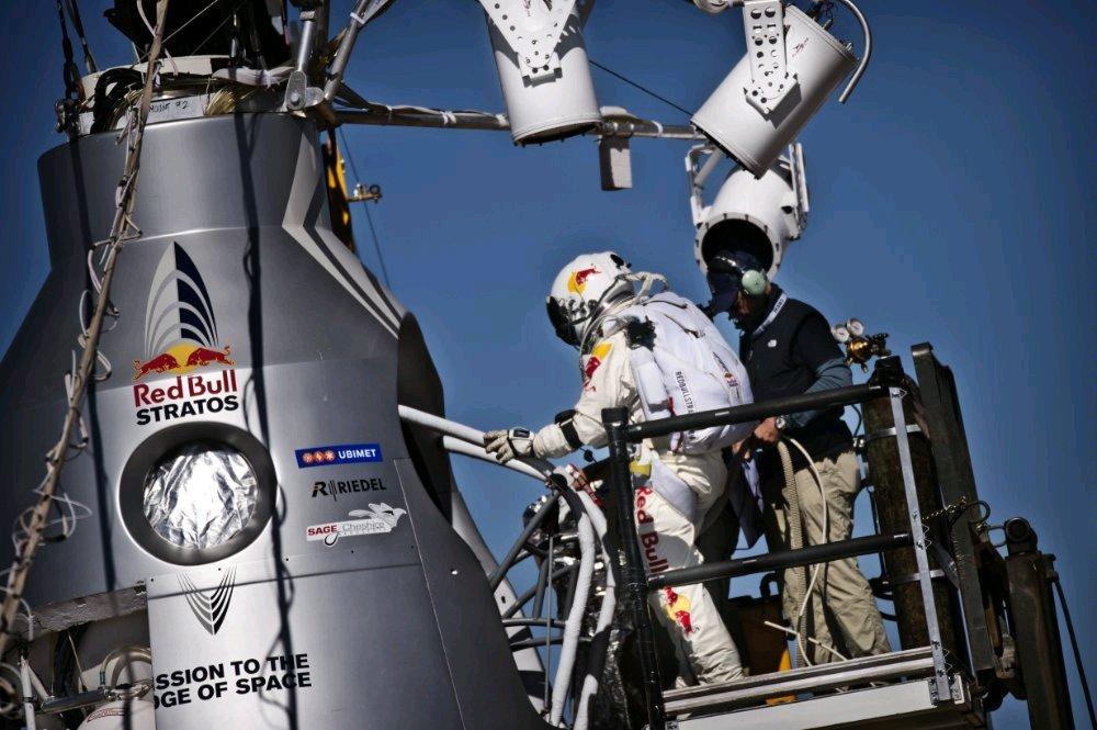 Felix Baumgartner / Red Bull Stratos besteigt Kapsel (Foto: Red Bull)