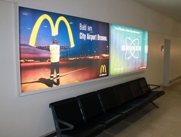 Lehrbuchgerecht: Der Einweiser zeigt, wer bald Burger an Bremens Airport verkauft (Foto: Flughafen Bremen GmbH)