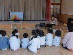 Japanische Kinder zu Besuch in der Mie Plant vor einem AQUOS-Display (Foto: Sharp)