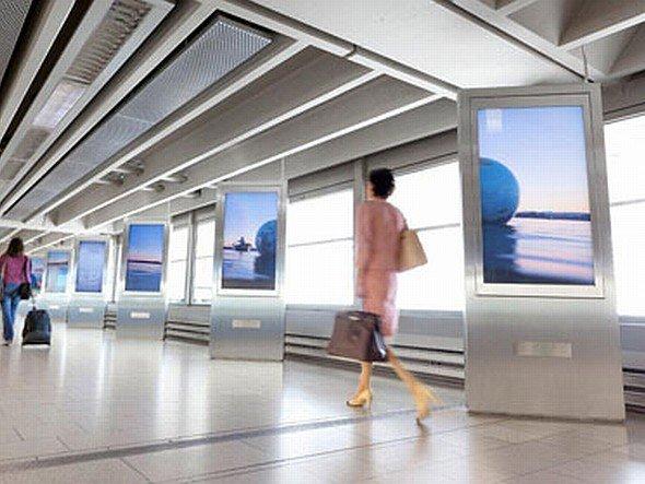 WalkSeven am Airport Zürich: WalkSeven ist eine Installation von sieben 56 Zoll - High Definition LCD-Displays in einer Reihe (Foto: IAM)
