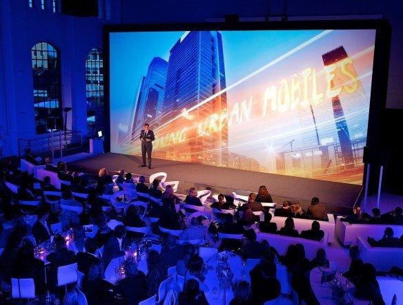 """Andreas Knorr - Leiter Marketing der Wall AG - präsentiert auf der Roadshow die Ergebnisse der neuen von WallDecaux beauftragten Studie """"Young. Urban. Mobile. Out of Home"""" (Foto: Wall AG)"""