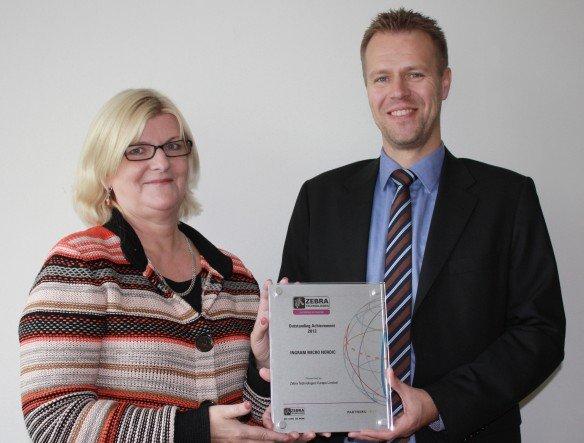 Preis für Skandinavien: Elisabet Ek, Zebra Regional Sales Manager Nordics & Baltics, und Freddie Halvardson, Manager IM DC-POS Nordic & Baltic region (Foto: Ingram Micro)