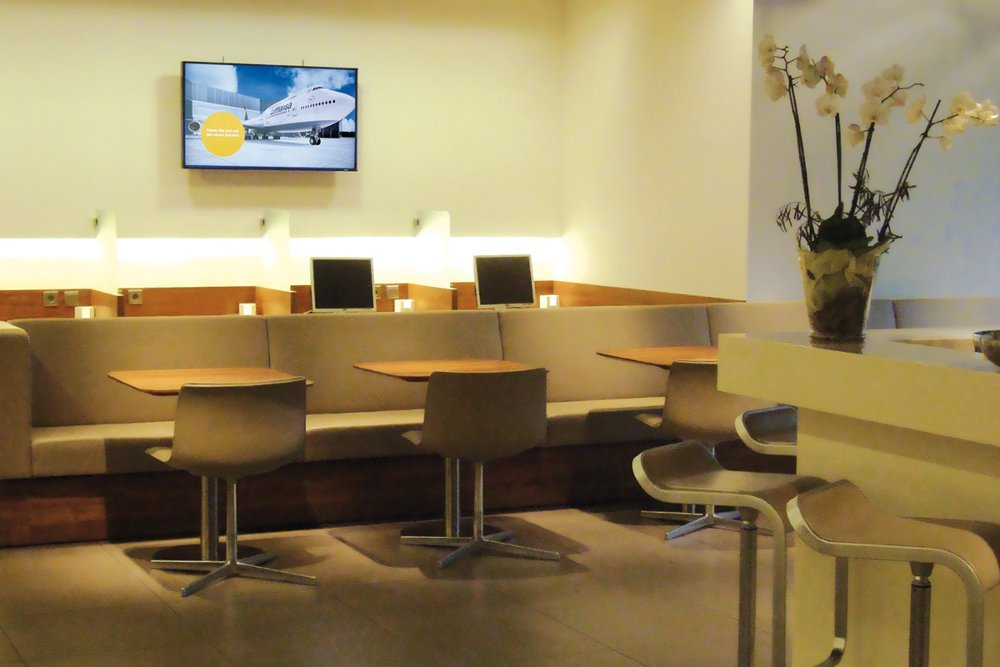 Digitale Außenwerbung mit LH Lounge Screens (Foto: DLH)