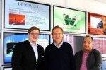 Christian Siebke (links) und Claus Goepfert (rechts) von der TV-Wartezimmer-Geschäftsleitung mit Dr. Johannes Weingart (Mitte) (Foto: TV-Wartezimmer)