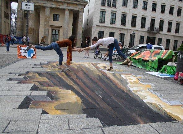"""Hinweis auf fehlende Mittel für Entwicklungshilfe-Maßnahmen - """"Finanzloch"""" am Brandenburger Tor (Foto: Mischo/ Kindernothilfe)"""