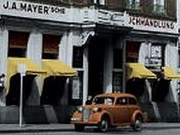 Die Mayersche Buchhandlung - hier eine der aktuell 40 Filialen auf einem historischen Foto - geht mit der Zeit und bewirbt Langenscheidts IQ via Info-Stele (Foto: Mayersche Buchhandlung KG)
