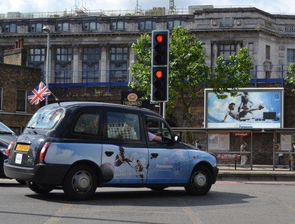 Die Ampel steht für Panasonic auf Rot - Olympia-Werbung rund um Waterloo Station (Foto: Panasonic)