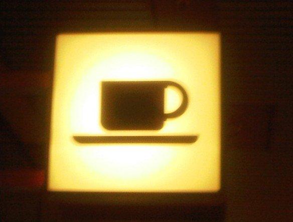 Unscharf, aber echt - Kaffeetasse für's Coffee Table Magazin-Belegexemplar (Foto: Thomas Kletschke/ invidis.de)