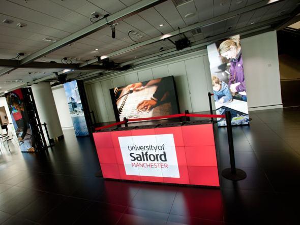 Installation von MicroTiles für einen Stand der University of Salford in der MediaCityUK (Foto: Christie)