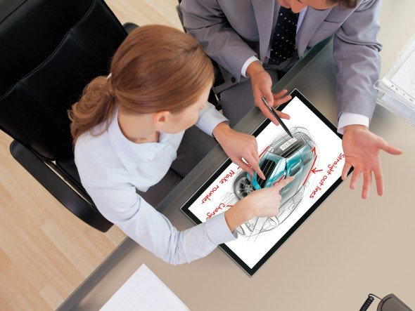 Sharp zeigt auf der ISE 2013 seinen neuen Full HD-Touchscreen LL-S201A (Foto: Sharp)