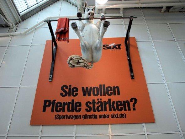 """""""Klar und direkt"""": Das Sieger-Motiv am Aiport München (Foto: Initiative Airport Media)"""