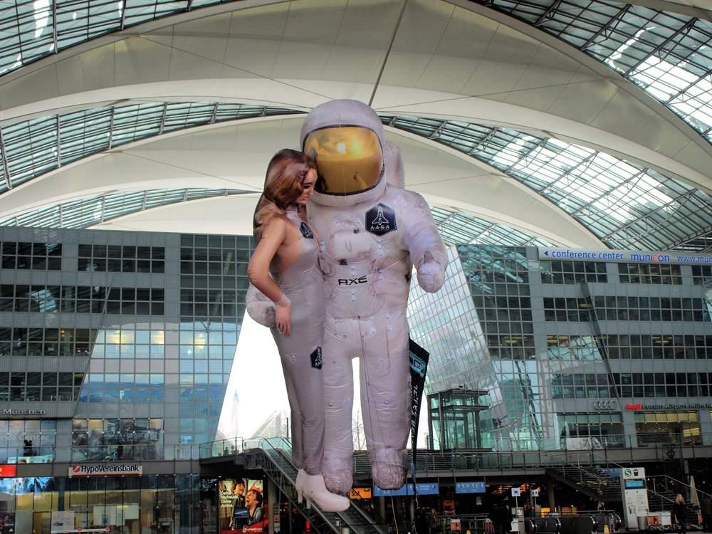 Der überdimensionale AXE-Astronaut am Flughafen München (Bild: Facebook Flughafen München)
