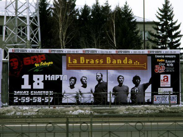LaBrassBanda schauen gut aus auf dem Plakat - aber auf den Video-Displays in Hannover glänte Cascada (Foto: La Brass Banda.com)