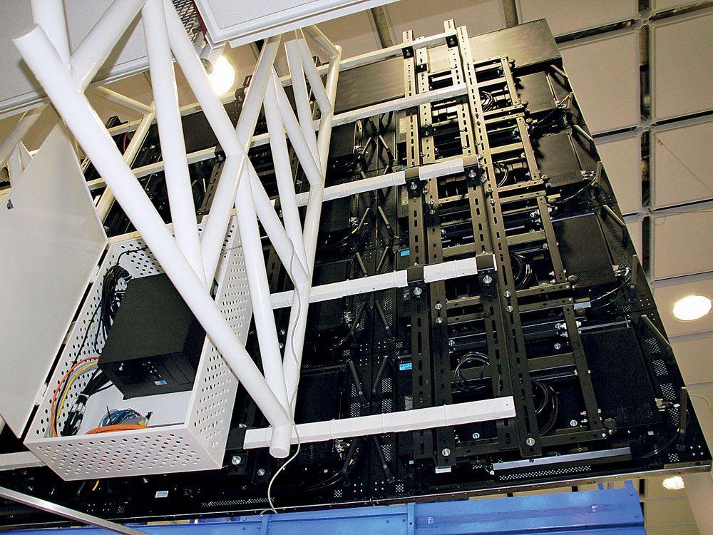 Der Industrie-PC Magnius-I von InoNet steuert – für die Passagiere unsichtbar – die zwölf zur Videowand gruppierten Displays (Bild: InoNet / Flughafen München)