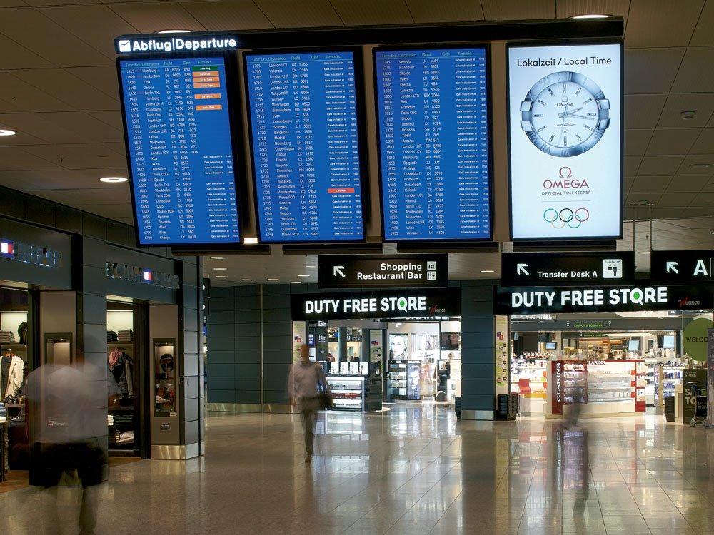 Der Werbekunde preist seine Uhren an und zeigt den Passagieren gleichzeitig die Zeit.