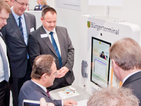 Chefsache - Bundesinnenminster Freidrich testet das Bürgerterminal (Foto: eKiosk)