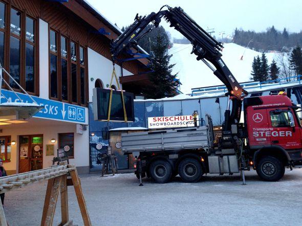 Kraneinsatz bei der Anlieferung zur Europapremiere (Foto: Follow Me GmbH)