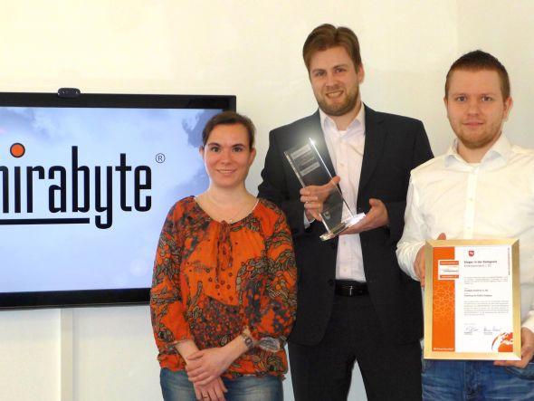 Setzte sich gegen Tauscende Bewerber durch - das mirabyte-Team bei der Entgegennahme des Preises (Foto: mirabyte)